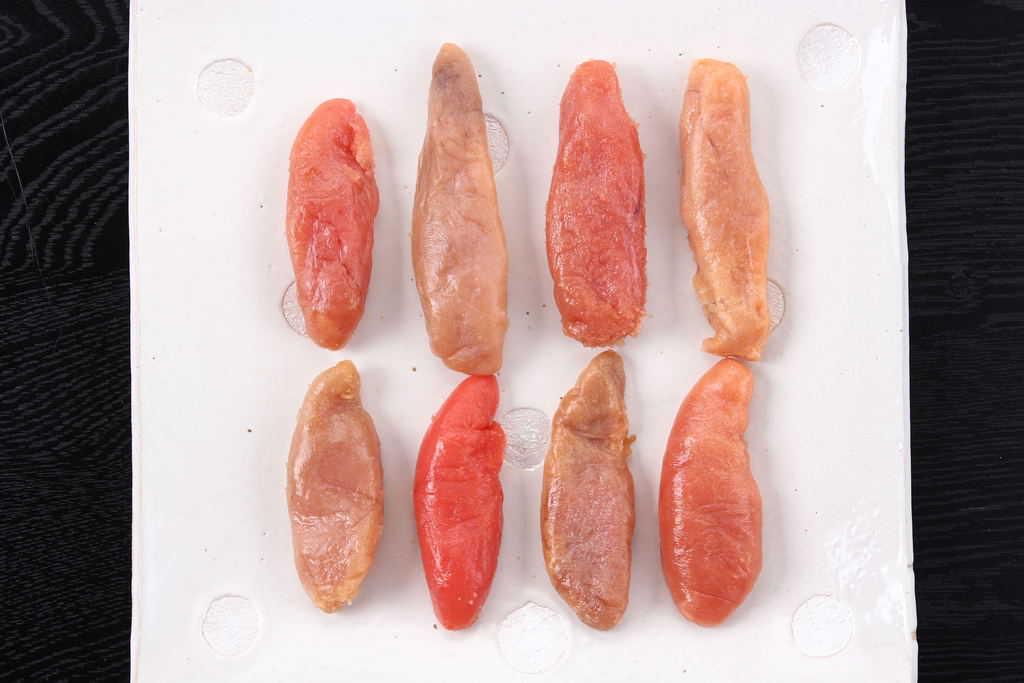 皿に盛り付けた色や形の異なる8種類のたらこ