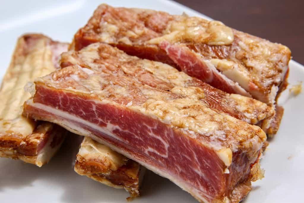 東洋肉店の羊の骨付きスモークベーコン、羊のスモークベーコンの断面