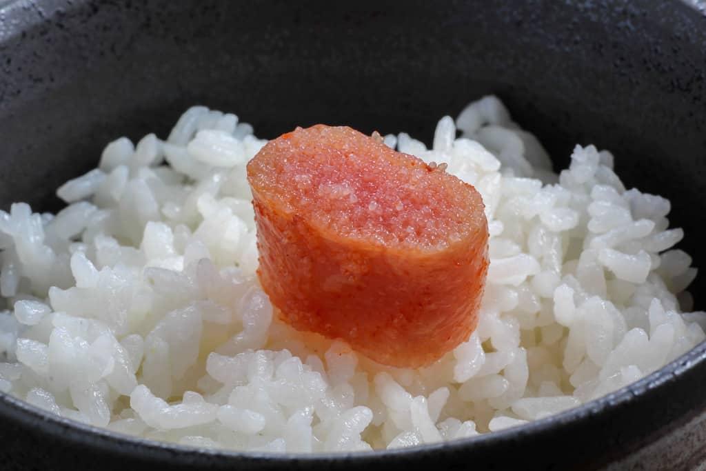 白いご飯の上に乗ったふくやの味の明太子どっから、明太子ご飯