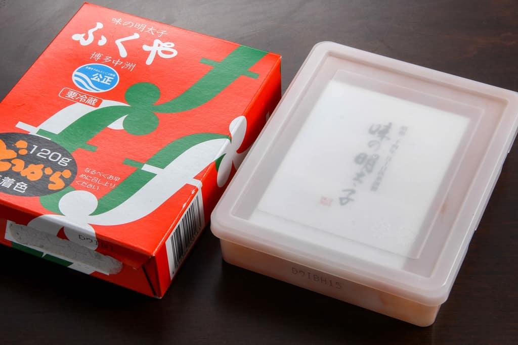 福岡県ふくやの味の明太子どっからの箱と辛子明太子が入ったプラスチック容器