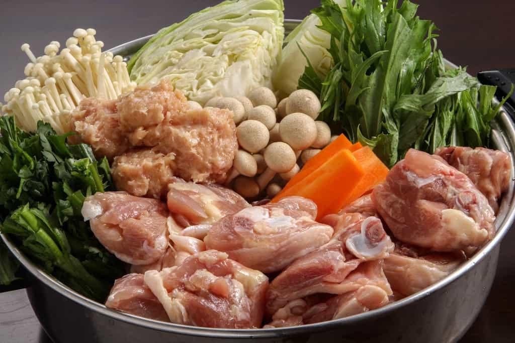 博多華味鳥のお取り寄せ水炊きセットの具材を鍋に入れる、水炊き鍋の調理前具材