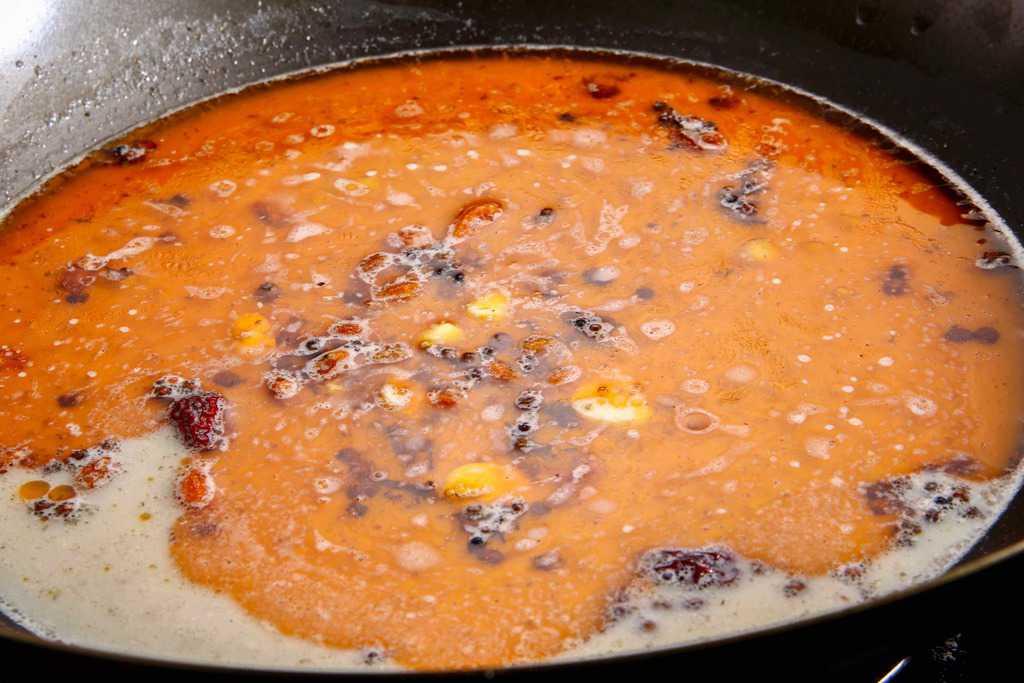 中華鍋で麻辣スープを煮立たせる