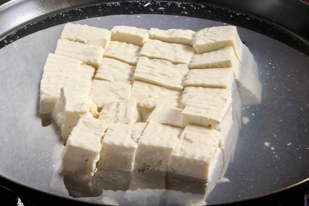 鍋の中で温泉とうふ用調理水に浸かった佐嘉平川屋の温泉湯豆腐