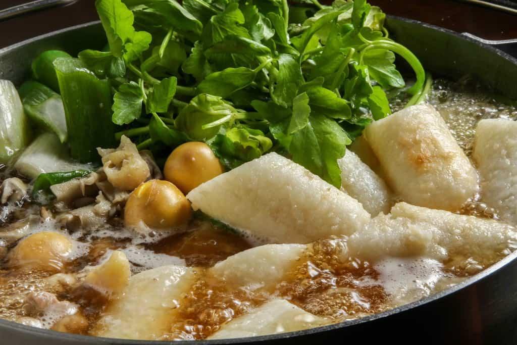 ぐつぐつと煮込んでいる秋田名物きりたんぽ鍋、食べ頃のきりたんぽ鍋