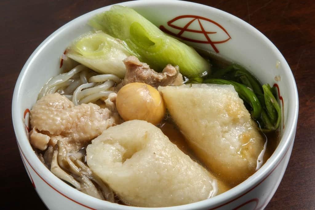 とんすいに盛り付けた秋田名物きりたんぽ鍋、きりたんぽ・比内地鶏肉・ネギ・しらたき・スープ