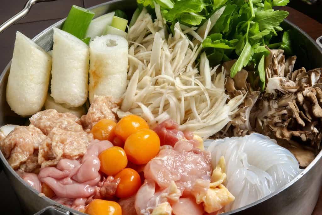 秋田比内やの通販・お取り寄せきりたんぽ鍋セット、鍋の中にきりたんぽ鍋用の具材を入れる