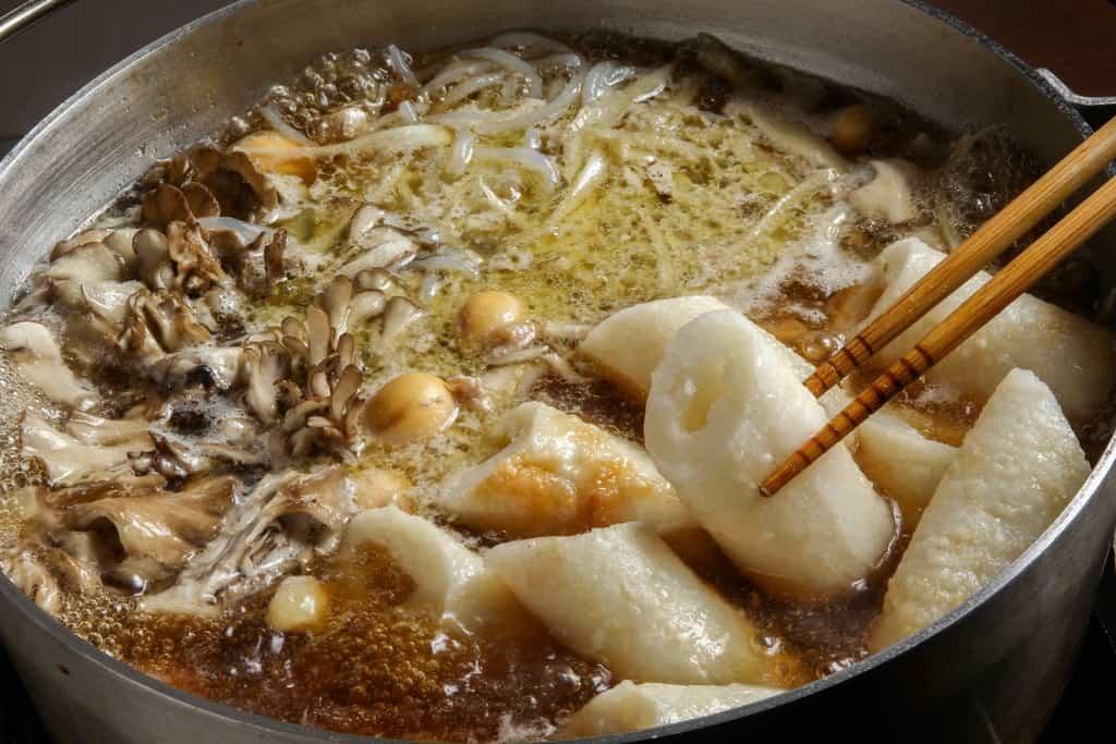 きりたんぽ鍋を煮込む、鍋にきりたんぽを入れる