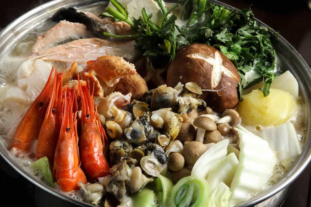 石狩鍋を煮込む、北釧水産の石狩鍋を調理する