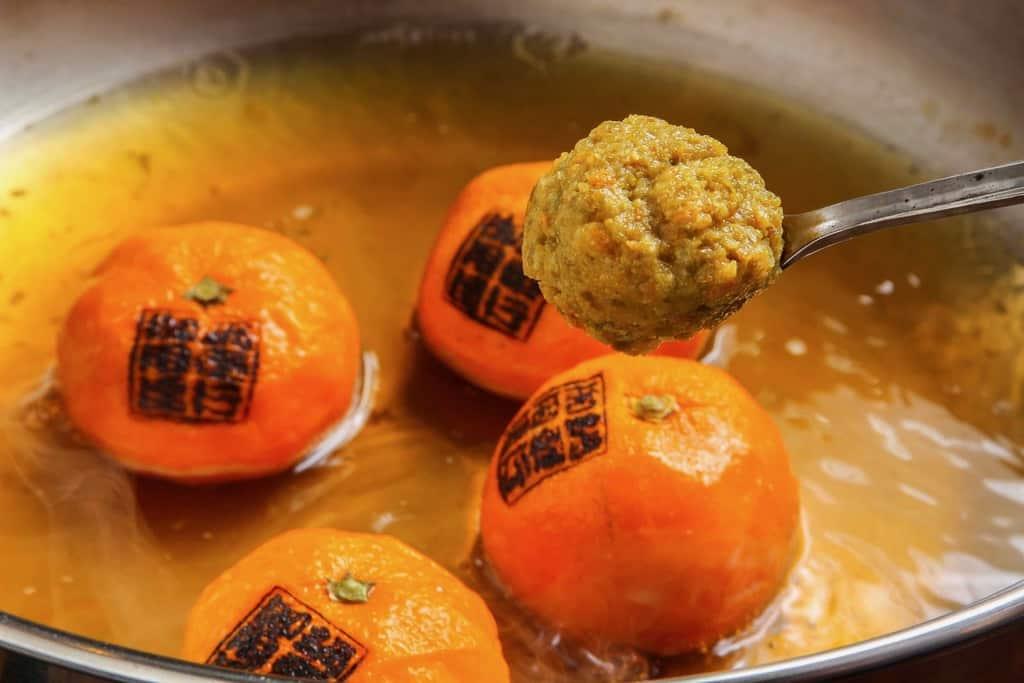 みかん鍋のスープに蜜柑胡椒を溶かす