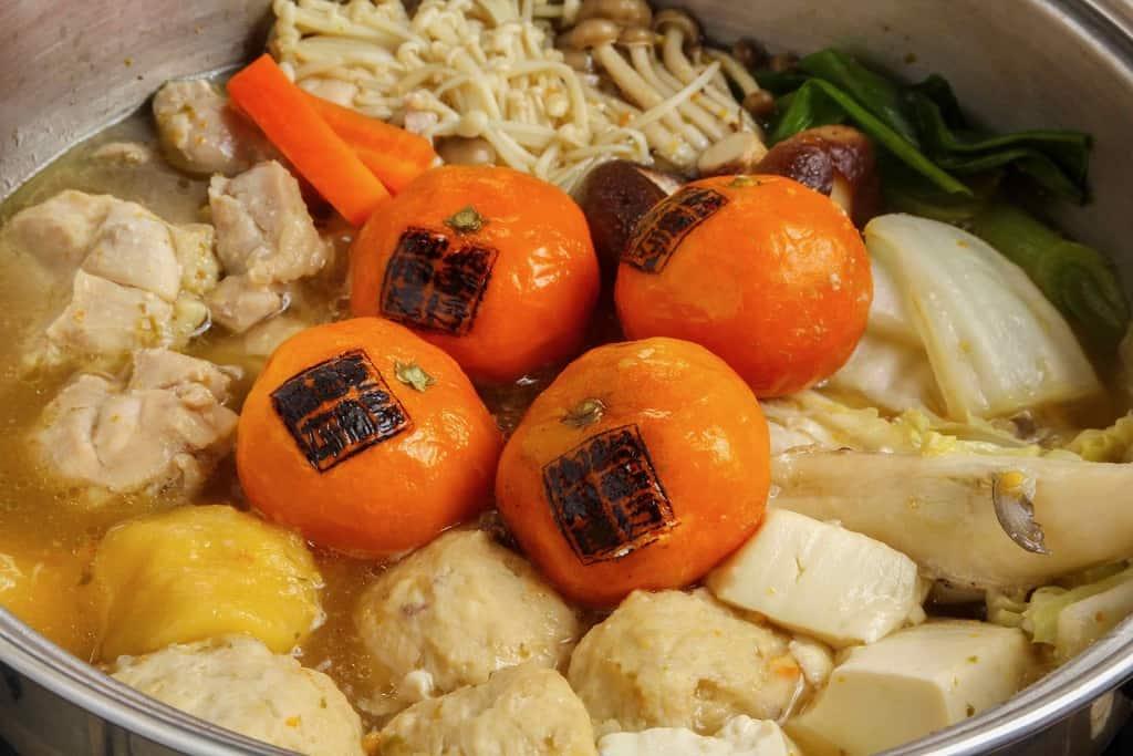 周防大島みかん鍋、みかん・鶏肉・つみれ・シロサバフグ・野菜・豆腐を鍋で煮込む