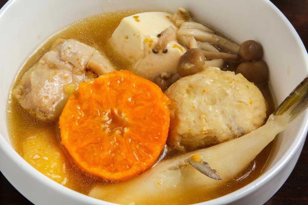 周防大島みかん鍋の具材を小鉢に盛り付ける、スープ・ミカン・つみれ・豆腐・シロサバフグ・しめじ