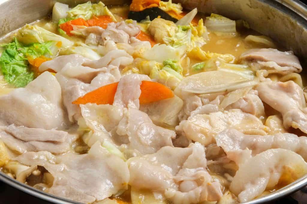 鍋で煮込んだ黄金ほうとうと豚肉