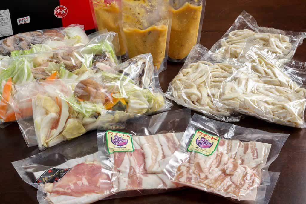 歩成の黄金ほうとうフルセット(3食入り)、太麺×3パック・山梨ワイン豚×2パック・信玄どり×1パック・カット野菜×3パック・特製味噌×3パック、通販・お取り寄せ鍋料理セット