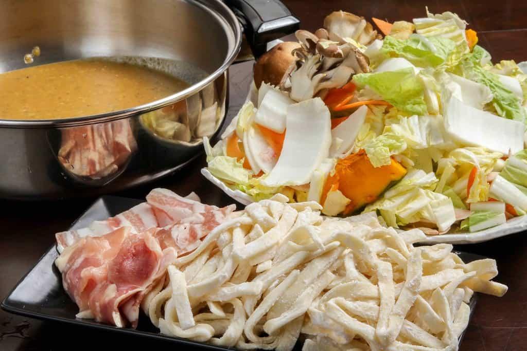 歩成の黄金ほうとうセットの具材を鍋と皿に盛り付ける、通販・お取り寄せほうとう鍋