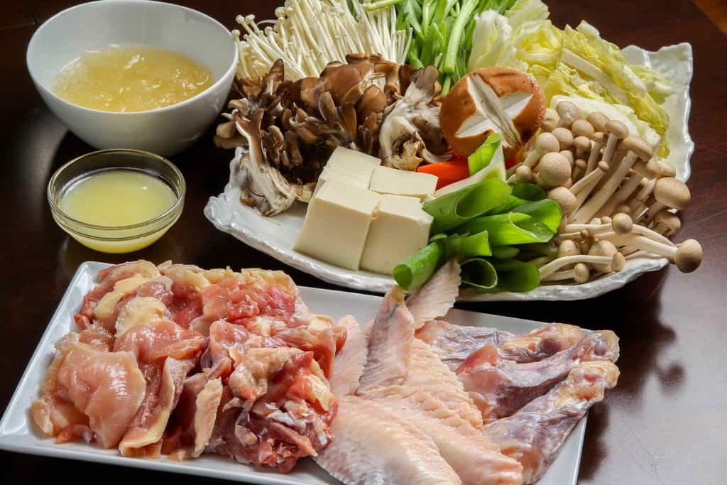 石黒農場のほろほろ鳥鍋セットの具材・野菜・鍋、ほろほろ鳥の水炊き用具材