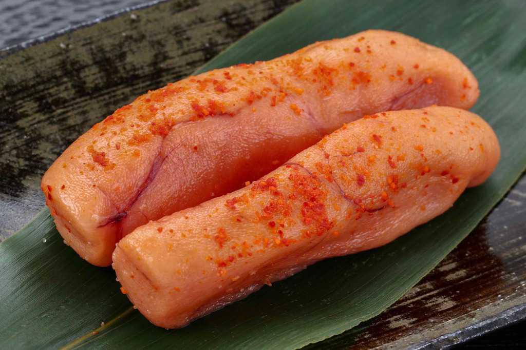 皿に笹とともに盛り付けた博多ふく富の無着色辛子明太子「萬両極味」中辛2本