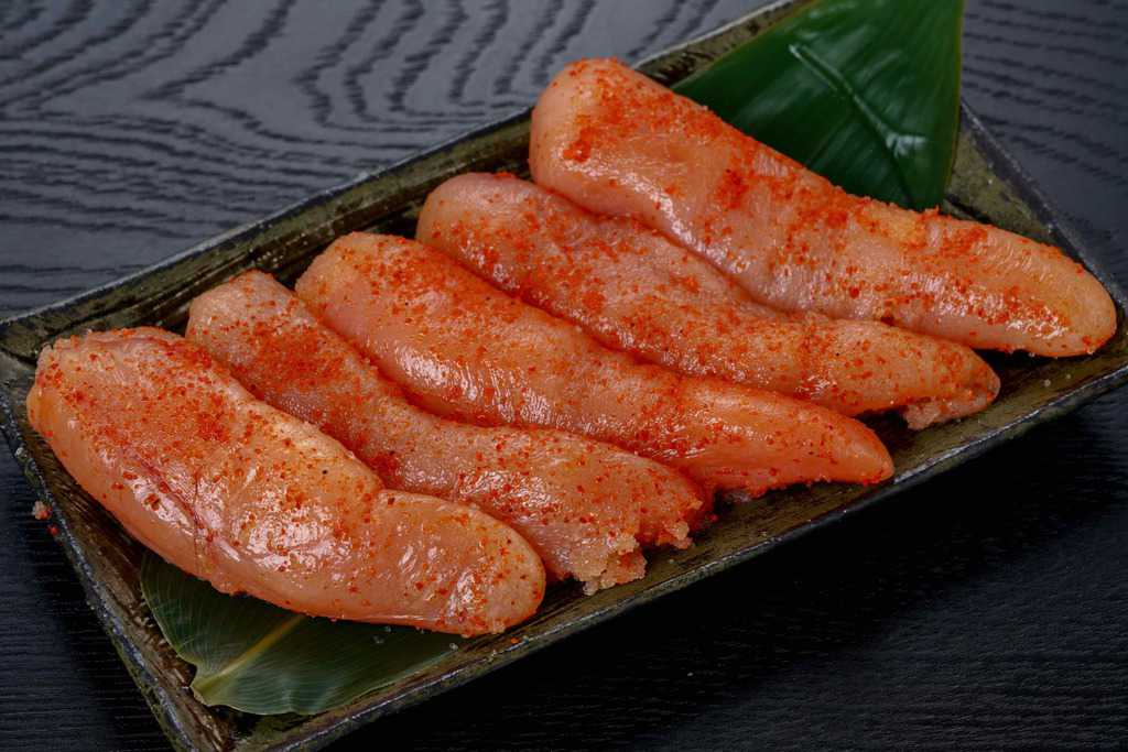 皿に笹とともに盛り付けたマルミヤフーズの藻塩辛子明太子5本