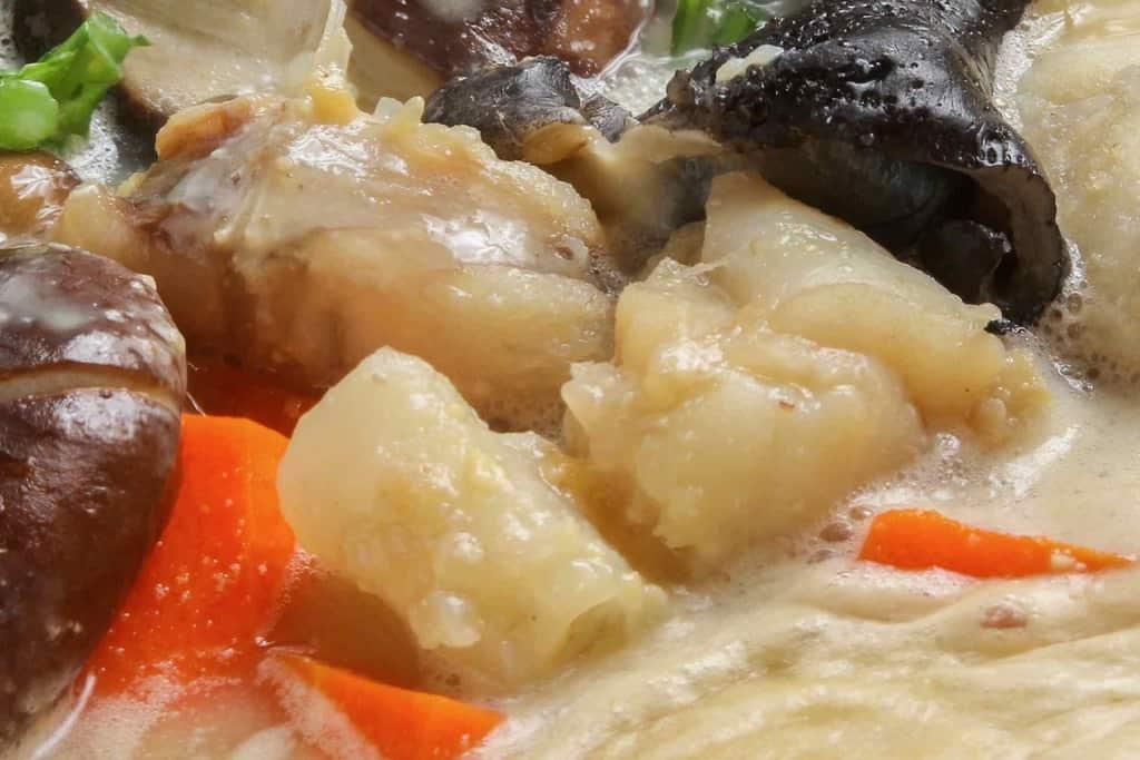 味噌ベースのスープで煮込む下関産鮟鱇の身、あんこう鍋