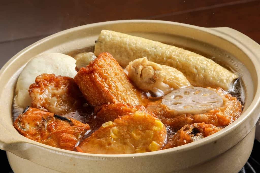 小田原鈴廣のかまぼこで作るおでん、鈴廣かまぼこのおでん種を鍋に入れて煮込む