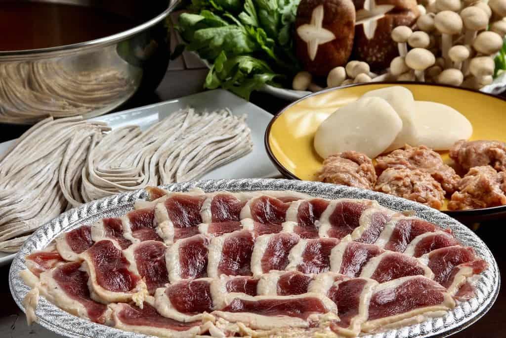 アイガモの谷口の通販・お取り寄せ但馬鴨鍋セットの具材を並べる、鴨鍋、鴨肉・蕎麦・餅・野菜・鍋スープ