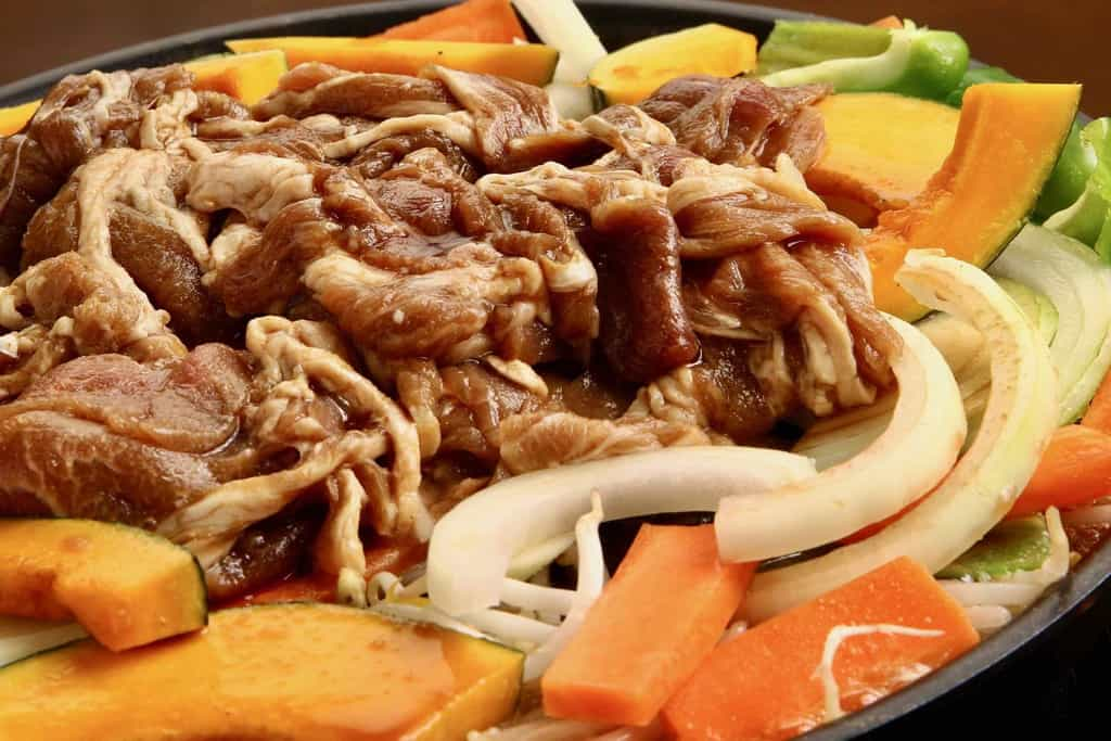 ジンギスカン鍋に山盛りにした東洋肉店の味付きマトンジンギスカンと玉ねぎ・人参・かぼちゃ・ピーマン・もやし