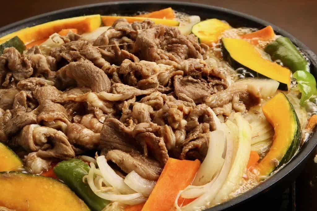 ジンギスカン鍋で煮込む東洋肉店の味付きマトンジンギスカンと野菜