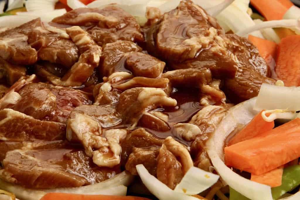 ジンギスカン鍋に山盛りにした東洋肉店の味付きラム肩ロース肉