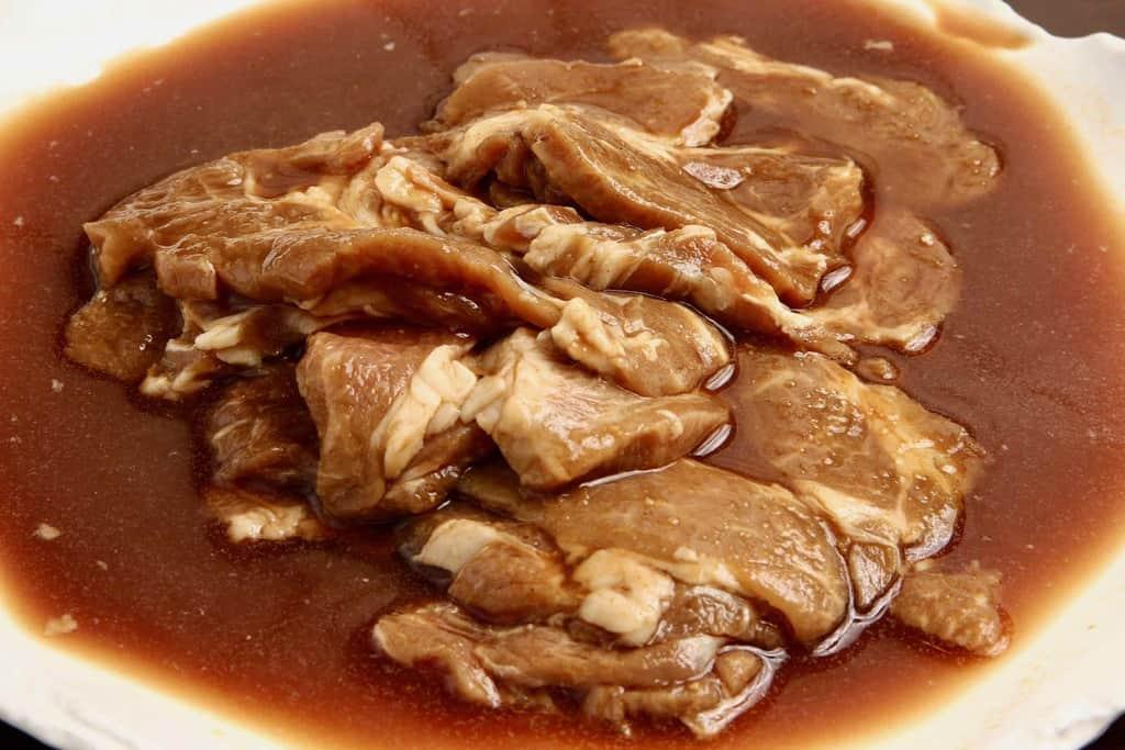 東洋肉店の味付ラム肩ロースジンギスカンの袋の中身、生の味付けラム肩ロースジンギスカン