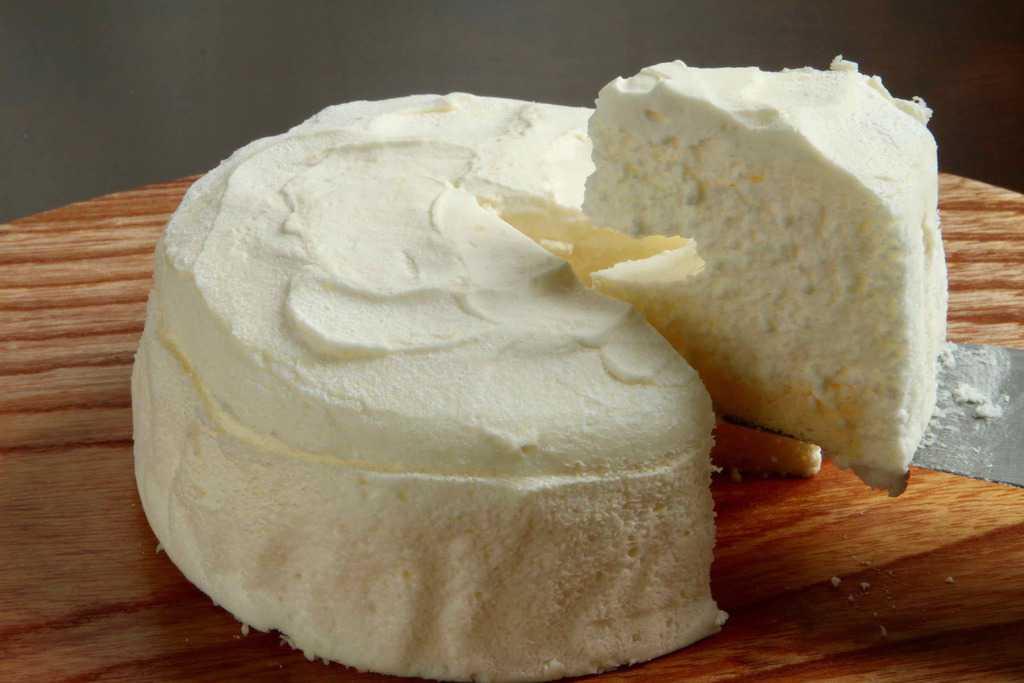 カッティングボードの上のチーズケーキ・DOLCE DE SANCIO(どるちぇ ど さんちょ)のチーズケーキ「ユキノトペル」