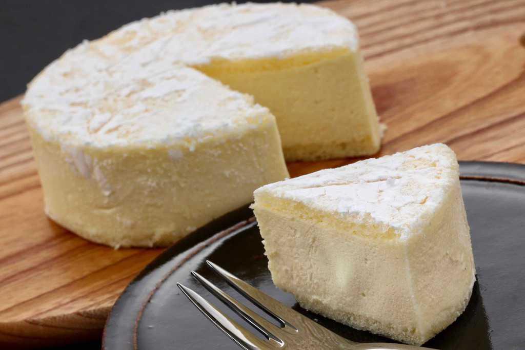 カットしたチーズケーキとフォーク、フランス菓子パリ壱六区の北海道カマンベールチーズケーキ