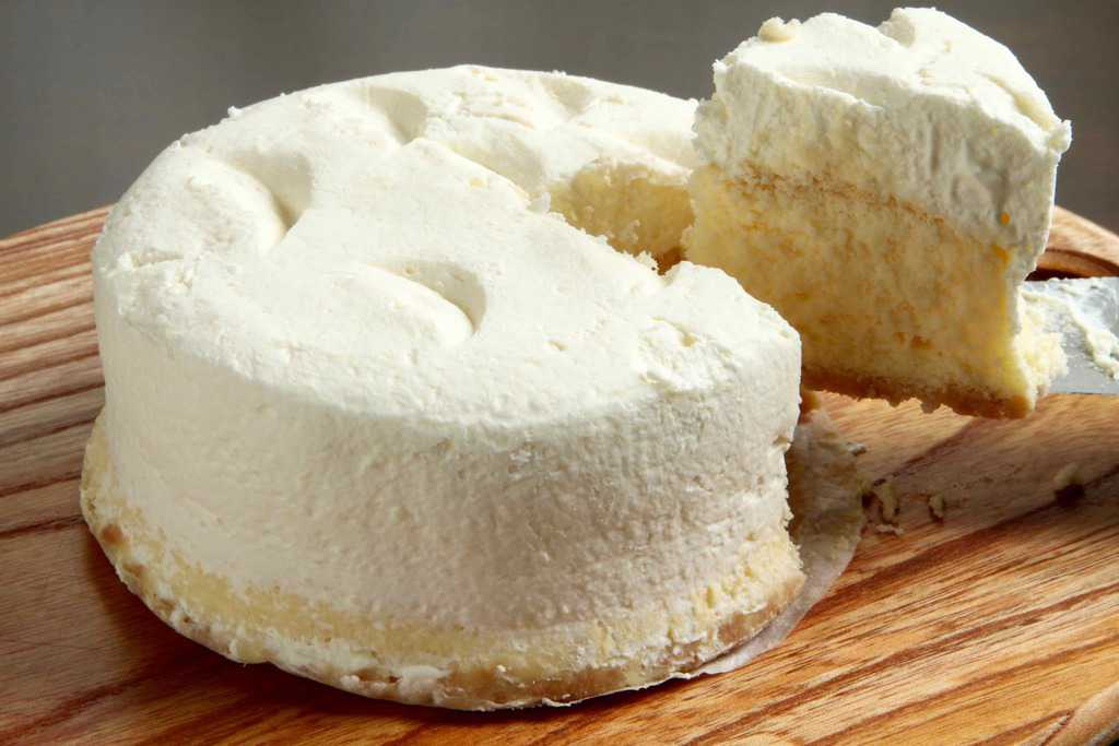 カッティングボードにのせた岩瀬牧場のチーズケーキ「一生懸命」をナイフでカット