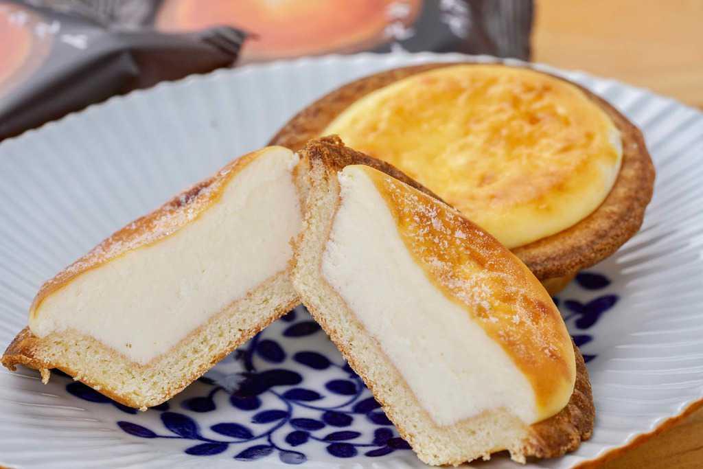 皿に並べて洋菓子きのとやの焼きたてチーズタルト