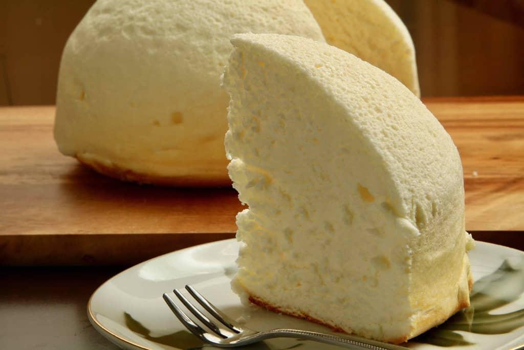 カットして皿に盛り付けた「なよろドームチーズ」ひと切れ、カットしたチーズケーキ