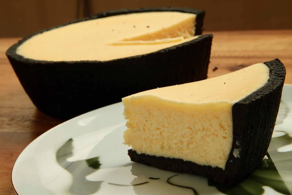 カットして皿に盛り付けた「NORTH FARM STOCK」のベイクドレアチーズケーキ プレーン