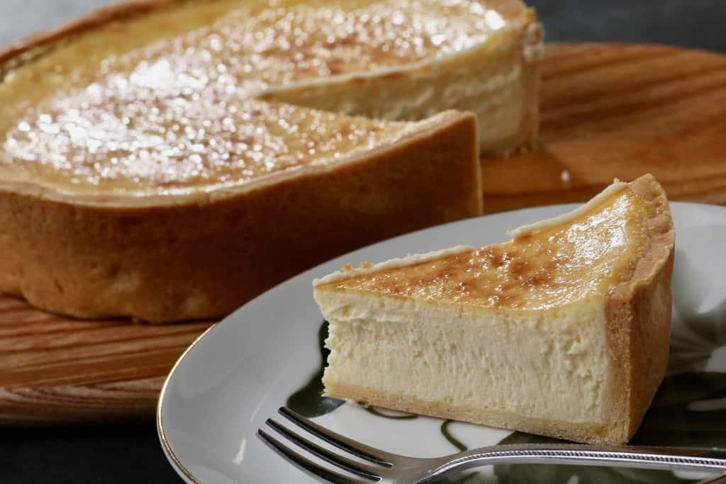 皿に盛り付けたスナッフルスの焼きチーズタルトひと切れ