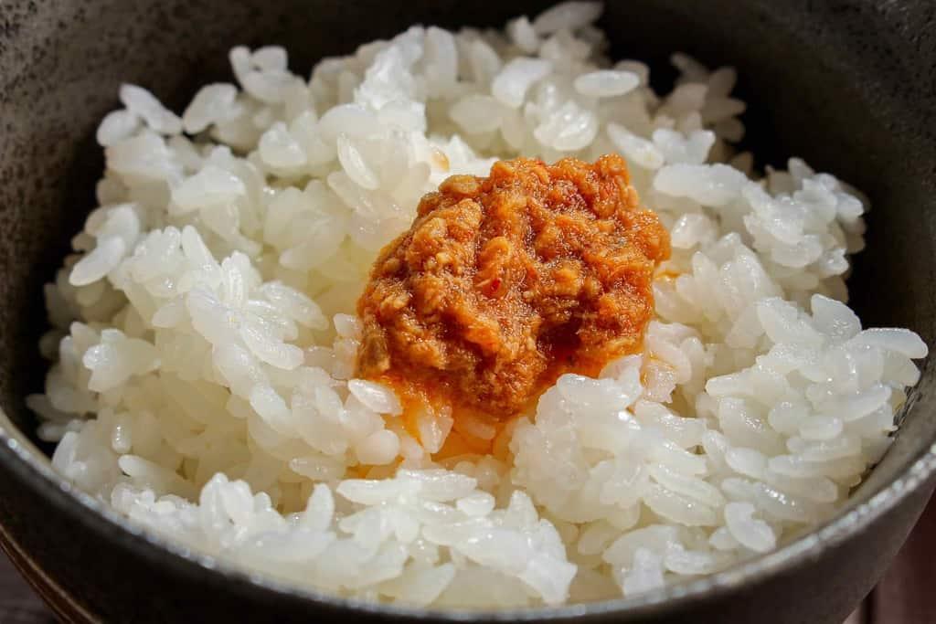 ご飯の上に盛った土佐の赤かつお(ゆず味)