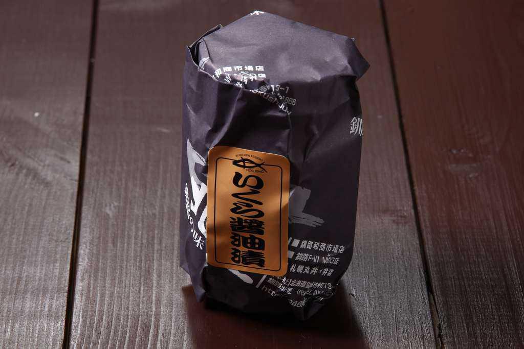 包装紙に包まれた釧路北匠のいくら醤油漬け200g