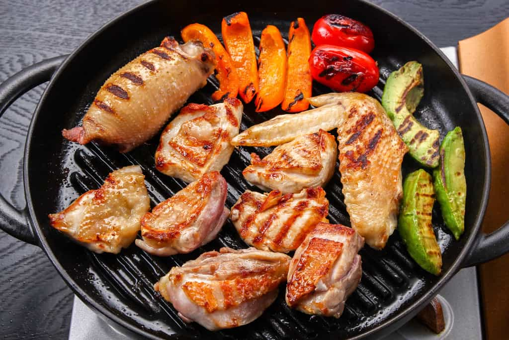 豊のしゃもをグリルパンで焼く、グリルパンに並べた地鶏肉(むね・もも・手羽先・ネック・パプリカ・アボカド)