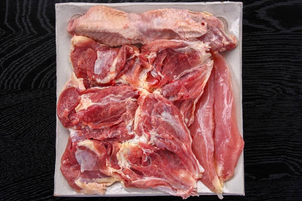 川原驛の豊のしゃもの生肉、豊のしゃものもも肉・ささみ・首肉(骨・皮付き)