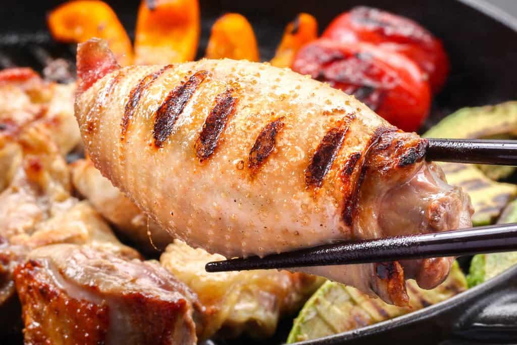 豊のしゃもの焼いたネック(骨・皮付き)、地鶏の首肉のグリル