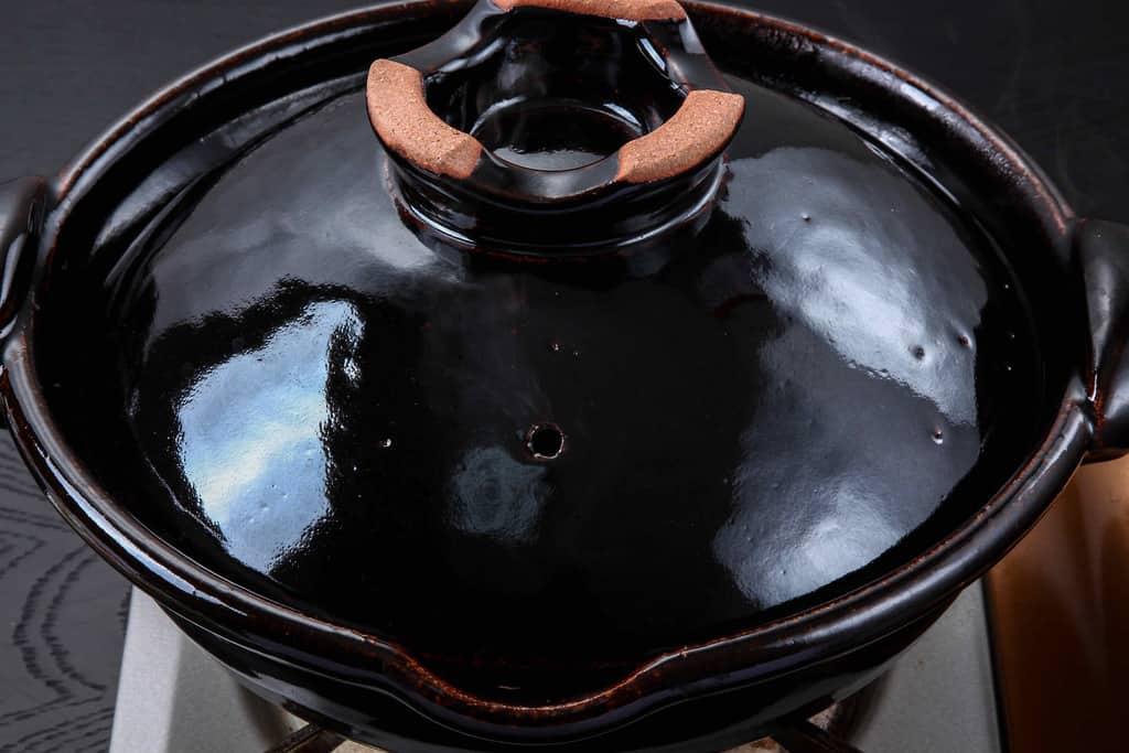 カセットコンロの上にある土鍋
