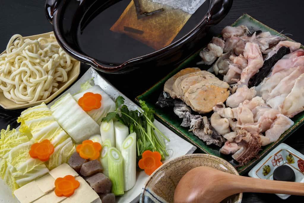 山翠のあんこう鍋セットを皿に盛り付け鍋料理の準備、鮟鱇鍋