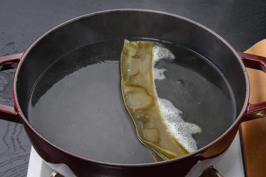 鍋に湯を入れ昆布から出汁を取る