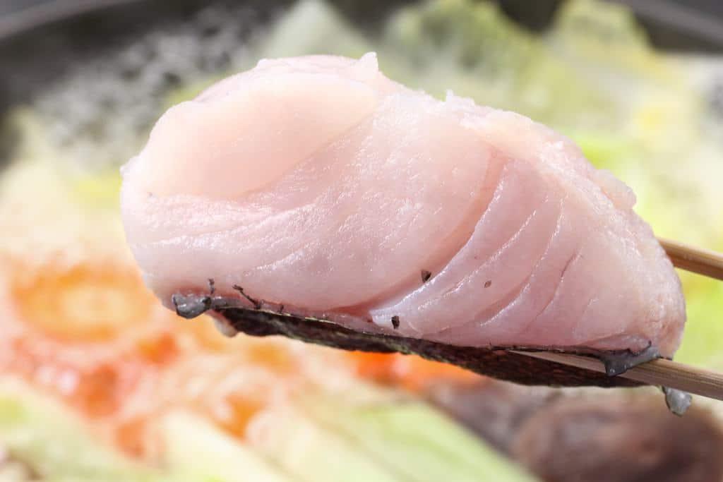ふっくらと大きな真鱈の切り身を鍋に投入