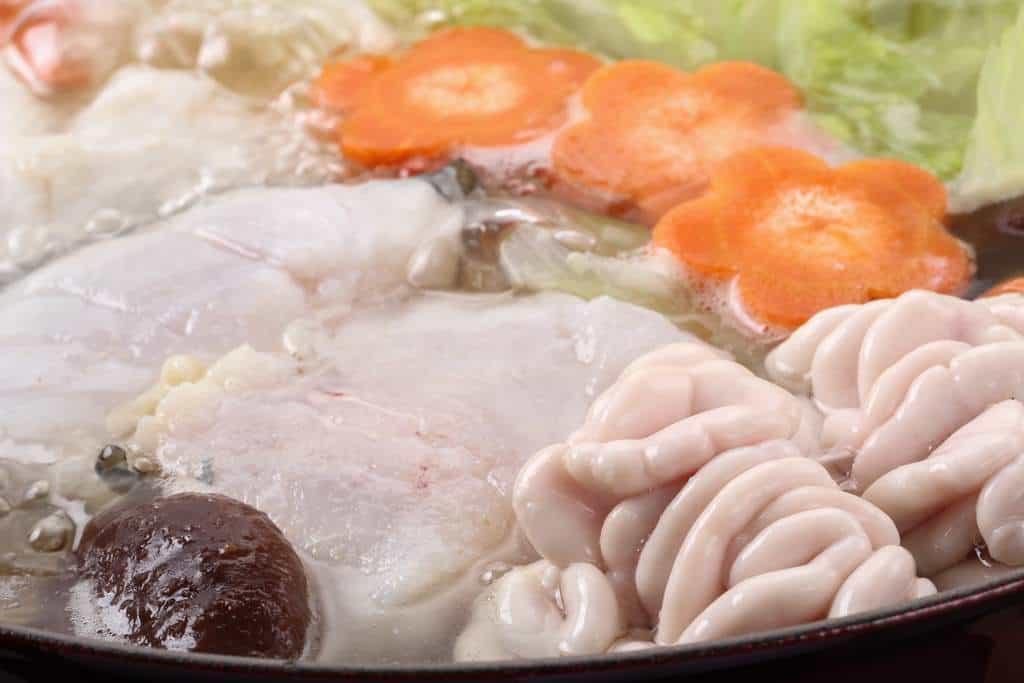 真鱈の身と白子を鍋で煮込む