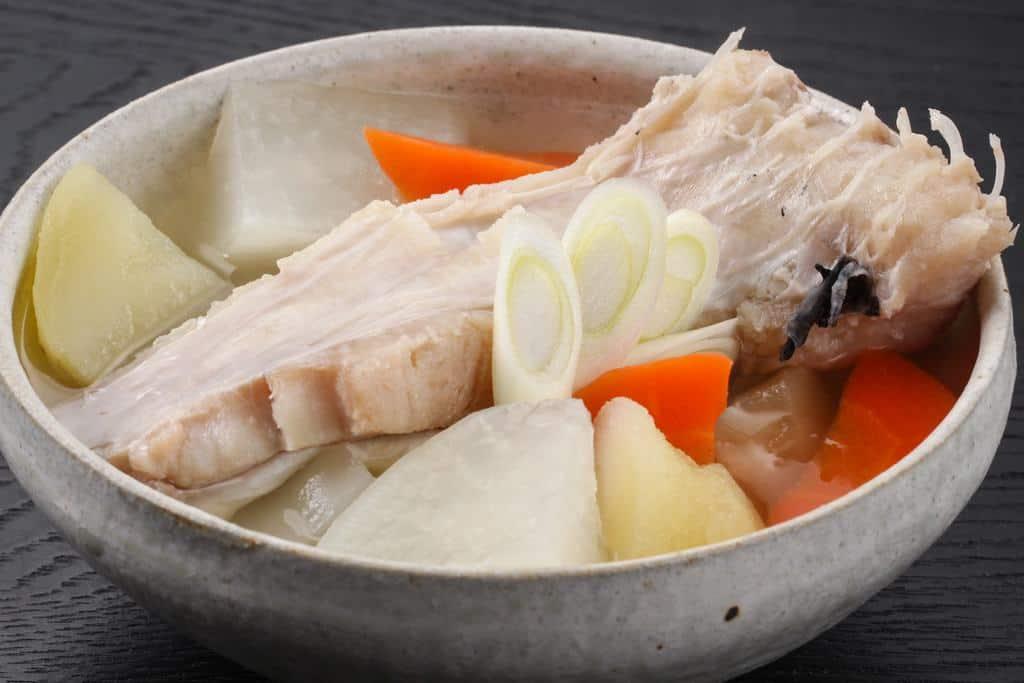 真鱈のあら汁、器に盛り付けた真鱈のアラと野菜