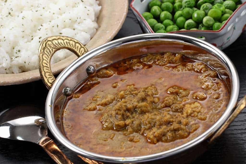 インドカレーカーマのキーマカレー・ご飯・グリーンピース・スプーン