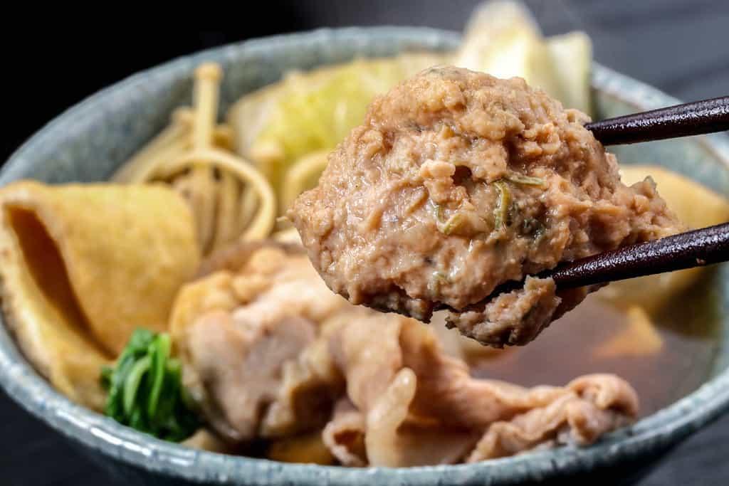 季節料理門の通販醤油ちゃんこ鍋の肉団子を箸で持ち上げる
