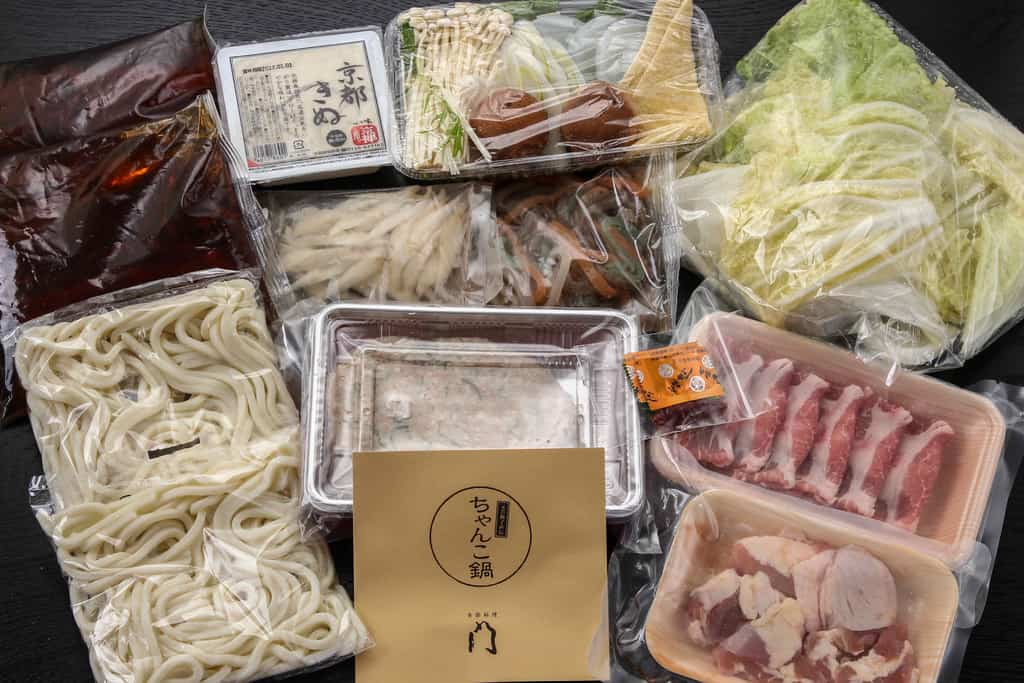 テーブルの上に並べた季節料理門の通販しょうゆちゃんこ鍋セット、ちゃんこ鍋の具材