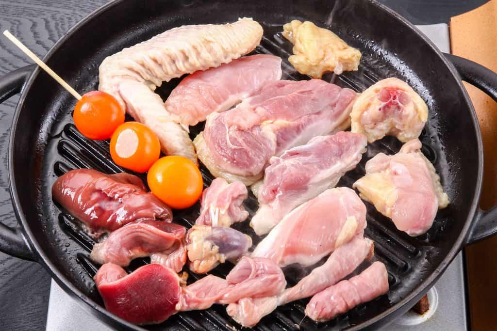 staubのグリルパンにのせた比内地比内地鶏のモモ肉・ムネ肉・ササミ・せせり・手羽先・皮・ぽんじり・ハツ・レバー・砂肝・きんかん・卵管